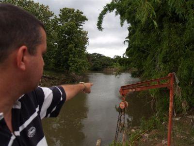 José Sánchez, directivo de Acueducto y alcantarillado indica hasta donde llegó la crecida del Yayabo. (Foto: GARAL)