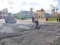 Obreros de la planta de asfalto cumplieron el compromiso de elaborar, transportar y sellar el material para renovar arterias de la ciudad, entre ellas la que bordea el parque.