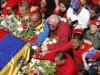 Un mar de pueblo acompaña a Chávez. Los que no lo lograban, tiraban flores, pañuelos rojos con los que se habían enjugado sus lágrimas; boinas, gorras tricolor con las ocho estrellas y la insignia del 4 de Febrero con la silueta de Chávez.