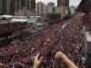 Un mar de pueblo acompaña a Chávez. Miles de seguidores del mandatario se abrazaban y lloraban entre gritos de lamento, destrozados al ver el ataúd del Comandante Presidente, Hugo Chávez.