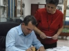 José Ramón Monteagudo realiza la cancelación postal del sello de