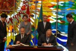 Raúl y Dilma durante la firma de acuerdos entre los dos países.