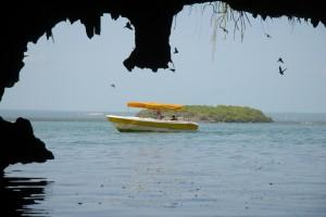 El paisaje costero se caracteriza por las cuevas, arcos y nichos que abren al mar. Se cuentan untotal de 79 cuevas en la zona