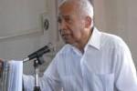 El ensayista y profesor jamaicano Keith Ellis donó una de sus prendas al patrimonio espirituano.