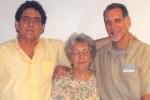 René, junto a su hermano Roberto y su mamá Irma.
