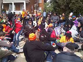 Fuera del lugar de la conferencia, cientos de manifestantes bloqueaban la calle.