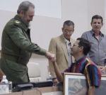 Fidel intercambió con el reportero al entregarle el Gran Premio de Escambray en el segundo Festival Nacional de la Prensa Escrita.