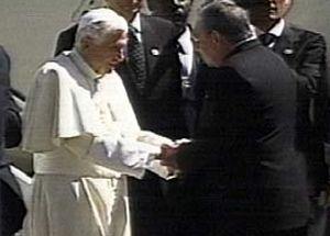 Benedicto XVI recibió los honores propios de su investidura, incluida una salva de 21 cañonazos.
