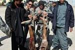 Soldados de EE.UU. se fotografiaron junto a los restos de supuestos terroristas suicidas afganos.