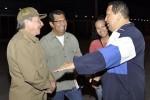 Raúl Castro despide al Presidente Chávez en el aeropuerto de La Habana (Foto: Cortesía de @IzarraDeVerdad)