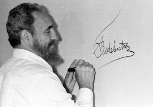 Fidel viste guayabera durante la IV Cumbre Iberoamericana celebrada en Cartagena de Indias, en 1994.