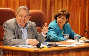 Raúl durante una de sus intervenciones. Junto a él la ministra de finanzas y precios, Lina Pedraza. (foto: Tomada de Granma)
