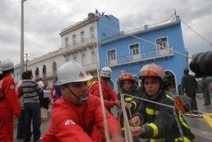 El rescate y salvamento de personas atrapadas por un incendio formó parte del entrenamiento. (Foto: Vicente Brito)
