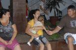 Madaisy Sardiñas (al centro) sostiene en brazos a su nieto Liorge, de siete meses. En ocasiones anteriores fue evacuada junto a sus hijos pequeños.