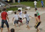 Un animado partido de fútbol en pleno patio de la Universidad de Ciencias Pedagógicas.