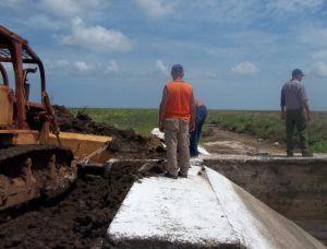 Trabajadores de la arrocera acometen la reparación de obras de fábrica destrozadas