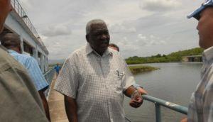 En el aliviadero de la presa Zaza, Esteban Lazo recordó la necesidad de usar racionalmente el agua embalsada.
