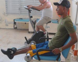 Randy mantiene su programa de rehabilitación con diversos ejercicios en su natal Yaguajay.