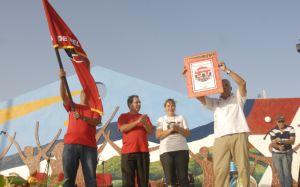 El pueblo de Trinidad, representado por sus máximos dirigentes del Partido y el Gobierno, reciben la bandera y el diploma que lo acredita como sede del acto provincial.