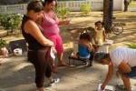 La ejecutora imparte orientaciones a las madres sobre cómo aprovechar las potencialidades de los niños en las distintas edades.