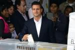 Peña Nieto en el momento de ejercer el voto.