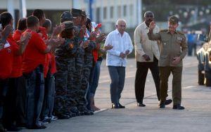Raúl saluda a los guantanameros presentes en la plaza Mariana Grajales. (foto: AIN)