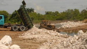 En la carretera Managuaco-Siguaney se restableció la circulación vial con una solución alternativa. (foto: Vicente Brito)