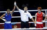 El cubano Yosvani Veitía es proclamado ganador de su combate de la división minimosca con el australiano Billy Ward (foto: AP)