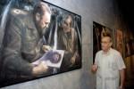 """Liborio Noval ante su obra en la exposición """"Con todos los sentidos""""."""