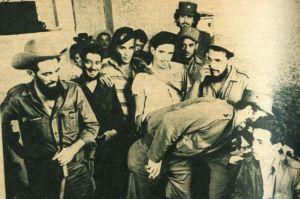 En medio de la risa de los presentes, Fidel da instrucciones al radista en su comunicación con República Dominicana.