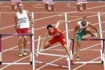 Liu Xiang cayó luego de chocar con la primera valla.