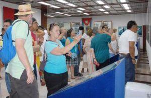 Integrantes de la caravana Pastores por la Paz durante una visita al Mausoleo a Camilo Cienfuegos, en Yaguajay.