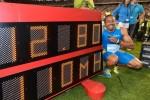 Aries Merritt posa con el reloj tras romper el récord mundial de los 110 metros con vallas.