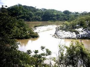 La sierra es cortada en dos mitades por el río Zaza.
