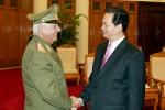 El primer ministro vietnamita, Nguyen Tan Dung, recibe al general de Cuerpo de Ejército Joaquín Quintas Solá.