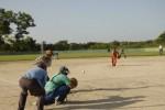 Cada miércoles y sábado unos 50 trabajadores se reúnen en el terreno de softball aledaño a la EIDE Lino Salabarría. (foto: Vicente Brito)