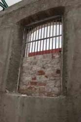 Sus gruesos muros son de ladrillos unidos con mortero de cal y arena, mientras que  sus techos utilizan maderas preciosas recubiertas de tejas criollas