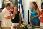 Voto del Comandante en Jefe Fidel Castro Ruz, de manos de un miembro de la mesa electoral