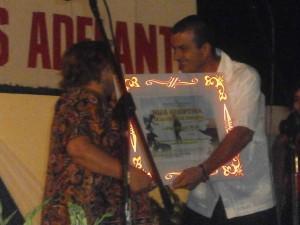 Aleida recibe la Condición de Hija Adoptiva de Fomento.
