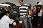 Largas filas de venezolanos se aprecian desde horas tempranas frente a los colegios electorales.