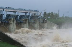 La presa Zaza evacua líquido por sus seis compuertas.