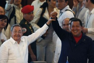 Raúl felicita a Chávez. (foto: Reuters)