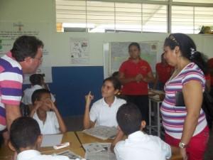 Junto a otra colaboradora cubana mientras compartía con niños captados para la Educación Especial.(foto: Cortesía del entrevistado)