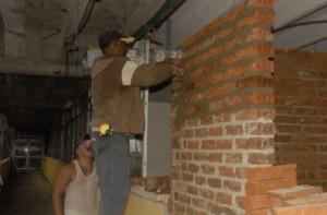 Los constructores intentan recuperar la vitalidad de la sala de quemados en la Torre B.