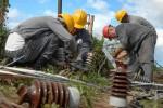 Trabajadores eléctricos de la provincia de Pinar del Río, restablecen líneas afectadas por el huracán Sandy en Nicaro