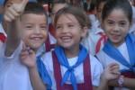 Recibir la pañoleta azul que los acredita como pioneros constituye motivo de regocijo para niños y padres.