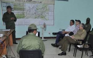 Raúl recibió una amplia información sobre la situación actual de Santiago de Cuba. (foto: Granma)