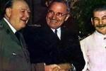 Conferencia de Potsdam. De izquierda a derecha, Churchill, Truman y Stalin sonríen a la prensa y al público.