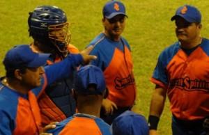 El gazapo de la gorra de los Gallos está en discusión con la industria deportiva. (foto: Oscar Alfonso)