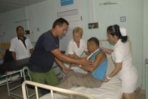 Tras el boca a boca salvador de su hija, Luis Aguilar se recupera.